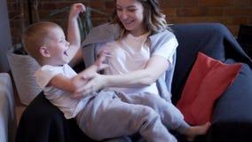Het zwangere vrouw spelen met haar zoon thuis stock footage