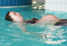 Het zwangere vrouw zwemmen Stock Foto