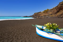 Het zwart bruin zand van strandgr Bollullo en aquawater stock afbeeldingen