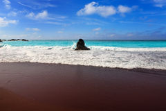 Het zwart bruin zand van strandgr Bollullo en aquawater Stock Afbeelding