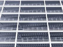 Het zwart-wit blauw kleurde het kijken upwards mening van de grote moderne commerciële bouw in aanbouw met staalstralen en balken royalty-vrije stock fotografie