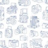 Het zwart-wit naadloze patroon met oude en digitale fotocamera's overhandigt getrokken met blauwe contourlijnen op witte achtergr vector illustratie
