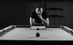 Het zwart-wit speelbiljart van de foto jonge mens stock afbeeldingen