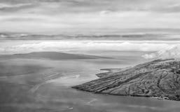 Het zwart-witte Maui en land en het zeegezicht van Lanai vanuit hoge invalshoek stock foto's