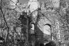 Het zwart-witte oude venster van de kasteelru?ne royalty-vrije stock foto's