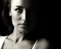 Het zwart-witte portret van de glamourvrouw stock afbeeldingen