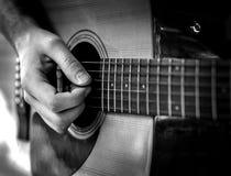 Het zwart-witte speellied van de gitaarspeler openlucht Stock Afbeeldingen