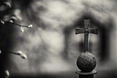 Het zwart-witte traliewerk van het de stemmingspark van de kunstfoto met een dwarsfok bokeh royalty-vrije stock foto's