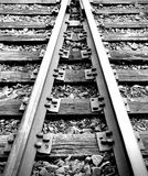 Het zwart-witte treinsporen samenkomen Stock Foto