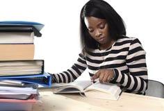 Het zwarte Afrikaanse Amerikaanse meisje die van de het behoren tot een bepaald rasstudent handboek bestuderen Stock Foto's