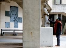 Het zwarte bidt dichtbij standbeeld van Heilige Bernadette in Lourdes stock afbeeldingen