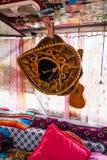 Het zwarte en Gouden Mexicaanse Sombrerohoed Hangen in Reisbestelwagen met U stock afbeelding