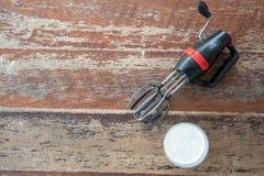 Het zwarte en rode handboek zwaait opruier met slagroom voor eigengemaakte boter stock fotografie