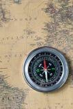 Het Zwarte kompas op oude uitstekende kaart, de Noord-Atlantische Oceaan, macroachtergrond Royalty-vrije Stock Fotografie
