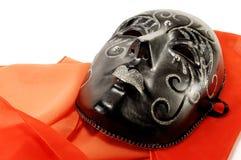 Het zwarte masker van de maskerade en een rode sjaal stock fotografie