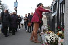Het zwarte meisje in Belgrado betaalt hulde aan de slachtoffers in Parijs Royalty-vrije Stock Afbeelding