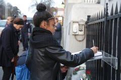 Het zwarte meisje in Belgrado betaalt hulde aan de slachtoffers in Parijs Royalty-vrije Stock Foto