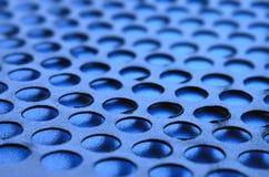 Het zwarte netwerk van het het gevalpaneel van de metaalcomputer met gaten op blauwe backgrou Royalty-vrije Stock Foto