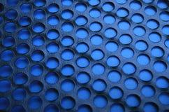 Het zwarte netwerk van het het gevalpaneel van de metaalcomputer met gaten op blauwe backgrou Royalty-vrije Stock Fotografie