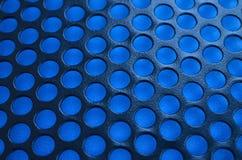 Het zwarte netwerk van het het gevalpaneel van de metaalcomputer met gaten op blauwe backgrou Stock Afbeelding