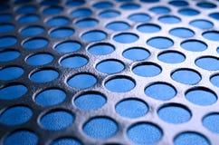 Het zwarte netwerk van het het gevalpaneel van de metaalcomputer met gaten op blauwe backgrou Stock Fotografie