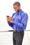 Het zwarte onderneemster texting royalty-vrije stock afbeelding