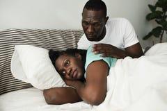 Het zwarte paar die een strijd hebben, man probeert om droevig maar de vrouw gewonnen bespreking van ` te zeggen t royalty-vrije stock fotografie