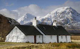 Het zwarte Plattelandshuisje van de Rots, Glencoe, Schotland. Stock Fotografie