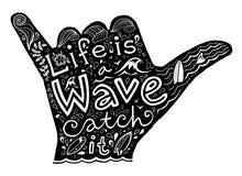 Het zwarte silhouet van surfershaka met het witte hand getrokken van letters voorzien Stock Fotografie