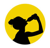 Het zwarte silhouet van vrouw drinkt water Stock Fotografie