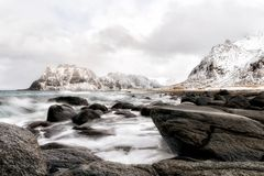 Het zwarte steenstrand bij lofoten royalty-vrije stock afbeelding
