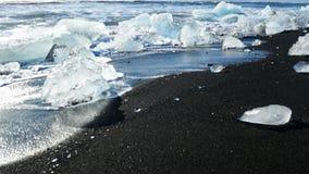 Het zwarte strand van de ijsgletsjer stock video
