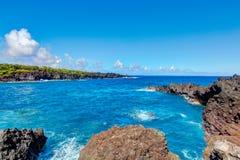 Het zwarte strand van de lavarots, weg aan Hana, Maui stock foto's