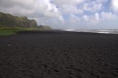 Het zwarte strand van het basaltzand in Vik in IJsland Royalty-vrije Stock Fotografie