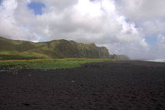 Het zwarte strand van het basaltzand in Vik in IJsland Royalty-vrije Stock Foto