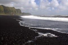 Het zwarte strand van het basaltzand in Vik in IJsland Stock Fotografie