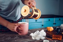Het zwarte thee gieten in roze kop van oranje theepot royalty-vrije stock afbeeldingen
