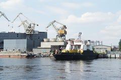 Het zwarte vrachtschip kwam bij de haven aan stock foto's