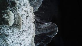 Het zwarte zandstrand in IJsland Overzeese luchtmening en hoogste mening A stock afbeeldingen