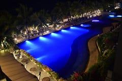 Het zwembad bij nacht royalty-vrije stock afbeeldingen