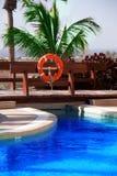 Het zwembad en de reddingsboei van het hotel Royalty-vrije Stock Fotografie