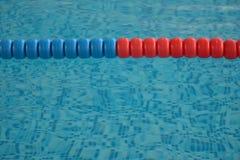 Het zwembad met duidelijk water en zwemt stegen royalty-vrije stock foto