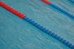 Het zwembad met duidelijk water en zwemt stegen stock fotografie