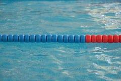 Het zwembad met duidelijk water en zwemt stegen royalty-vrije stock afbeeldingen