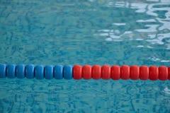 Het zwembad met duidelijk water en zwemt stegen stock foto's
