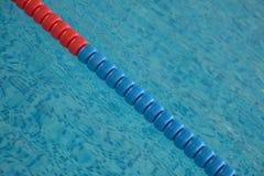 Het zwembad met duidelijk water en zwemt stegen royalty-vrije stock foto's