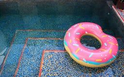Het zwembad met zwemt ring Royalty-vrije Stock Afbeeldingen