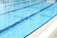 Het zwembad is in openlucht Royalty-vrije Stock Foto's