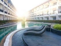 Het zwembad is tussen het gebouw royalty-vrije stock foto