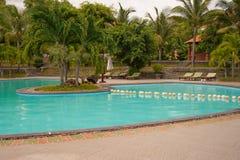 Het zwembad van de het hoteltoevlucht van het strand Royalty-vrije Stock Afbeeldingen